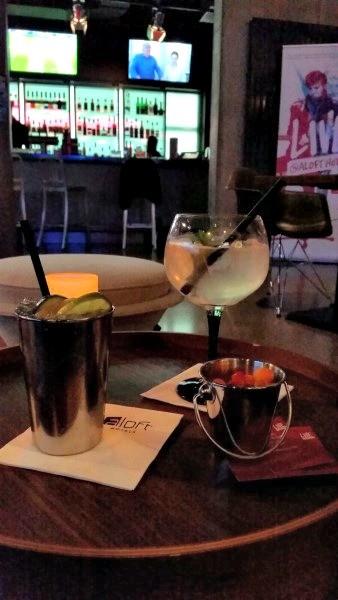 Entspannt feiern in der W XYZ Bar im Aloft Hotel München